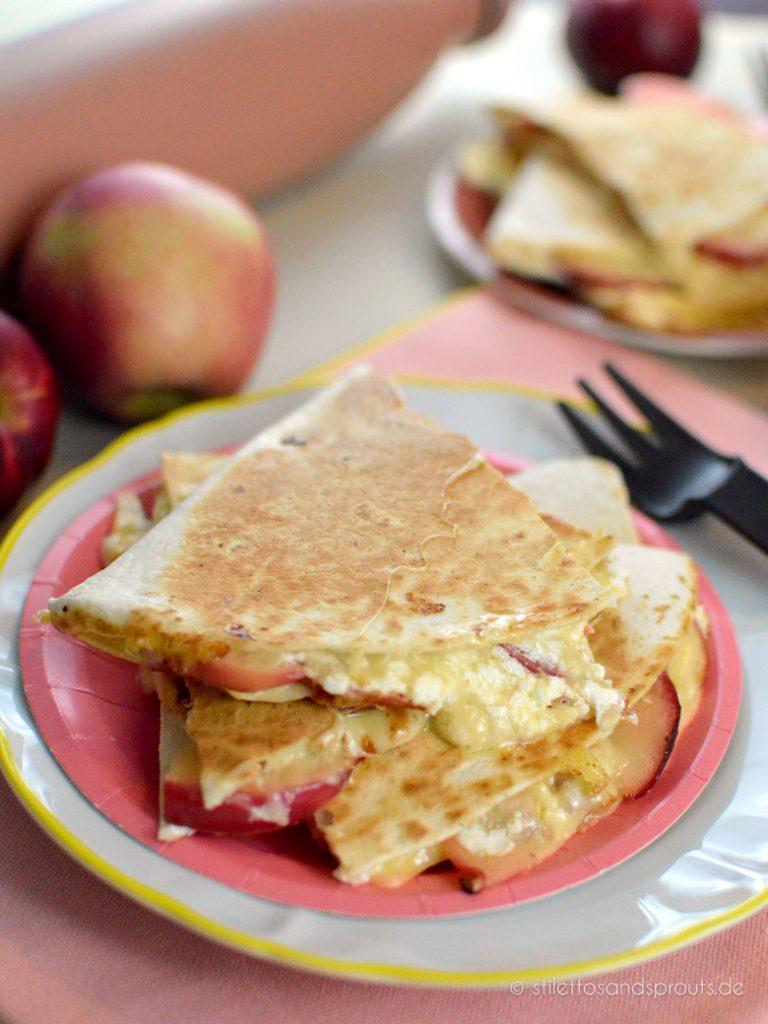 Gefüllte Weizentortillas mit Käse und Äpfeln