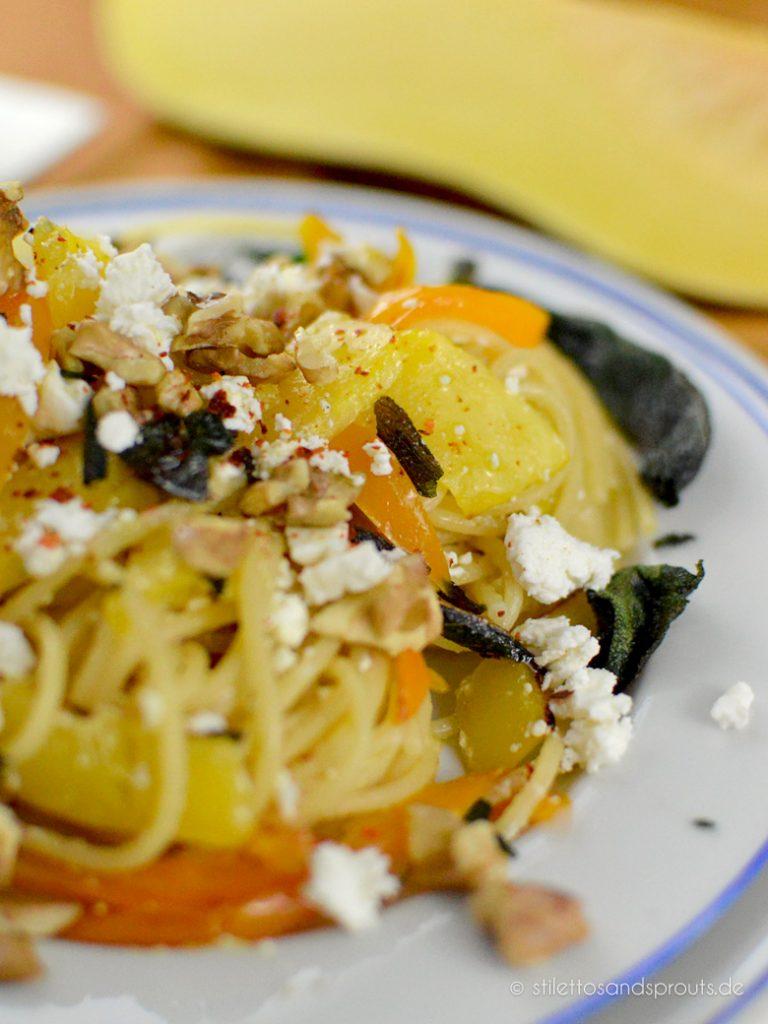Kürbis-Pasta mit frittiertem Salbei, Walnüssen und Feta