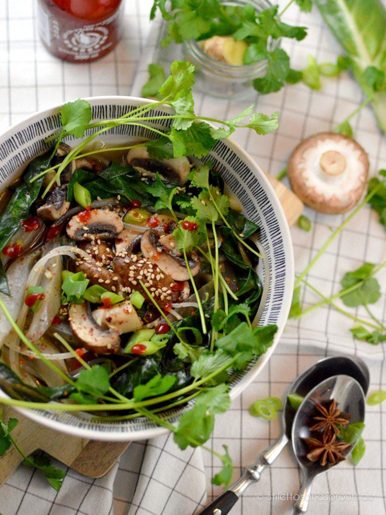 Viel Gemüse und frische Kräuter kommen in die asiatsche Nudelsuppe