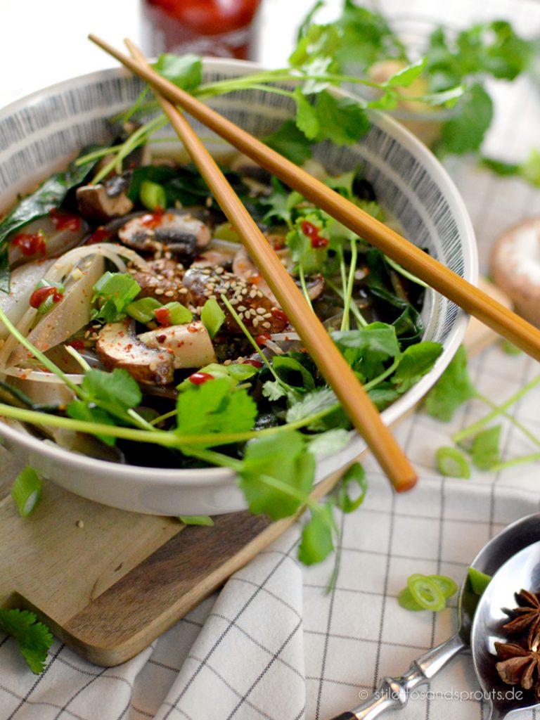 Aromatische Brühe mit Gemüse und Koriander gehören in die vietnamesische Suppe