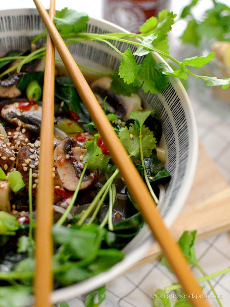 Braune Champignons und Koriander gehören zur Noodle Soup
