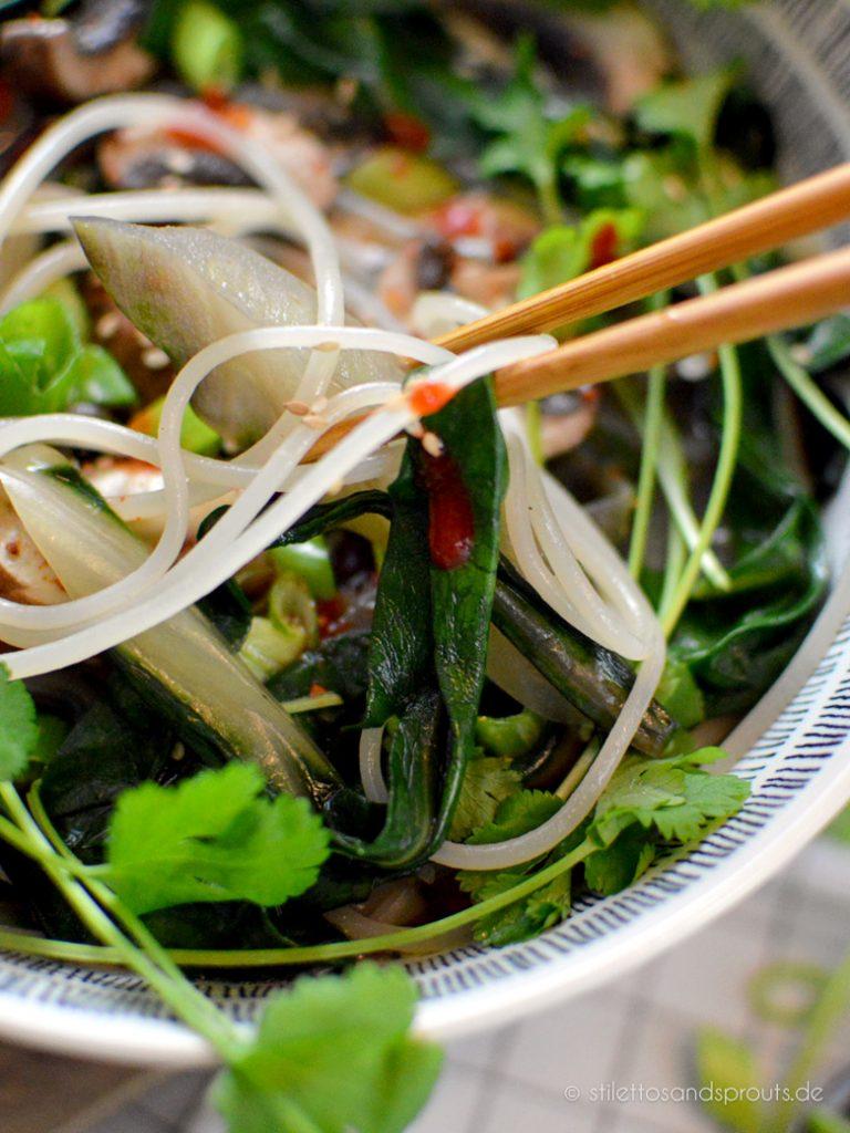 Sehr gesundes und kalorienarmes Essen mit Gemüse und Reisnudeln