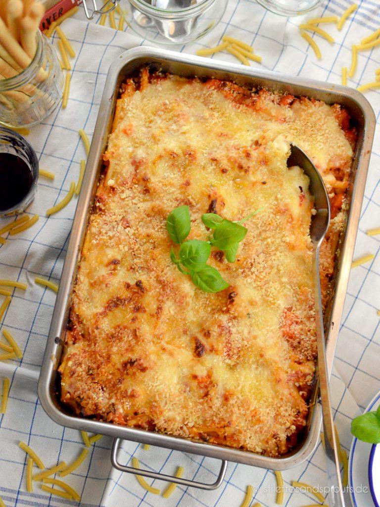 Makkaroni Auflauf vegetarisch mit Käse und Tomatensauce