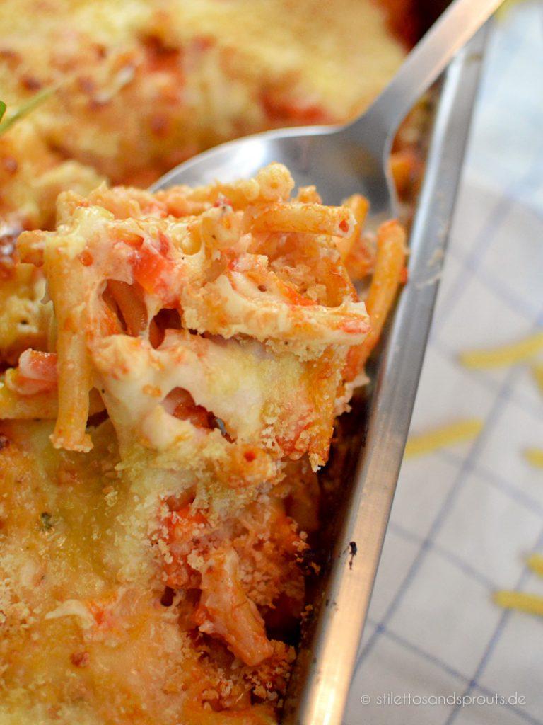 Maccaroni Auflauf vegetarisch mit Tomatensauce und Käse