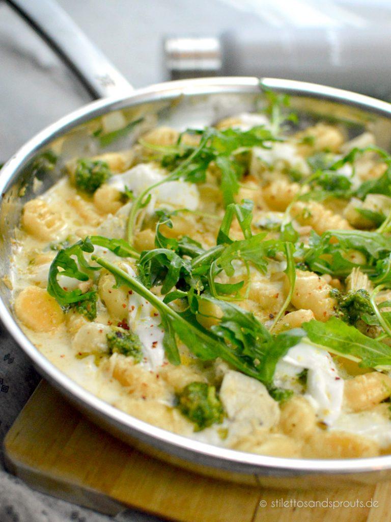 Kartoffelklößchen italienischer Art  mit Weißwein, Pesto und Mozzarella