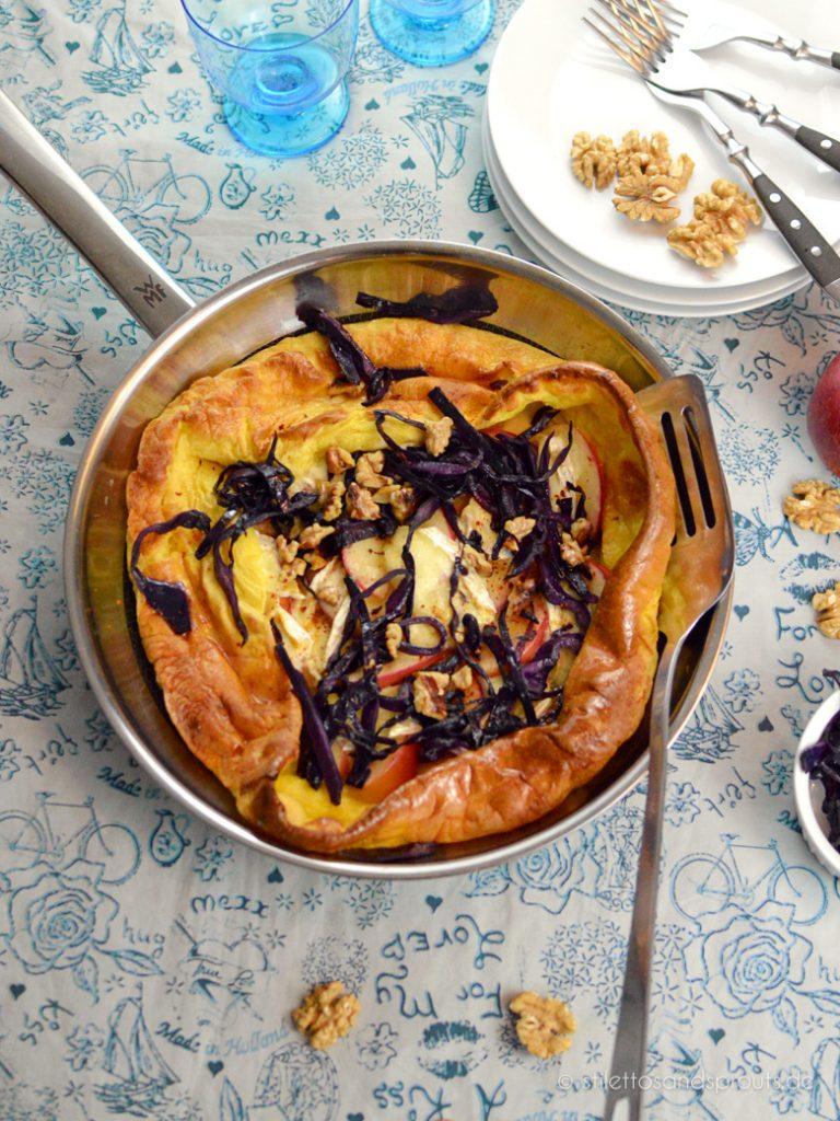 Ofenpfannkuchen mit Äpfeln, Brie und Rotkohl