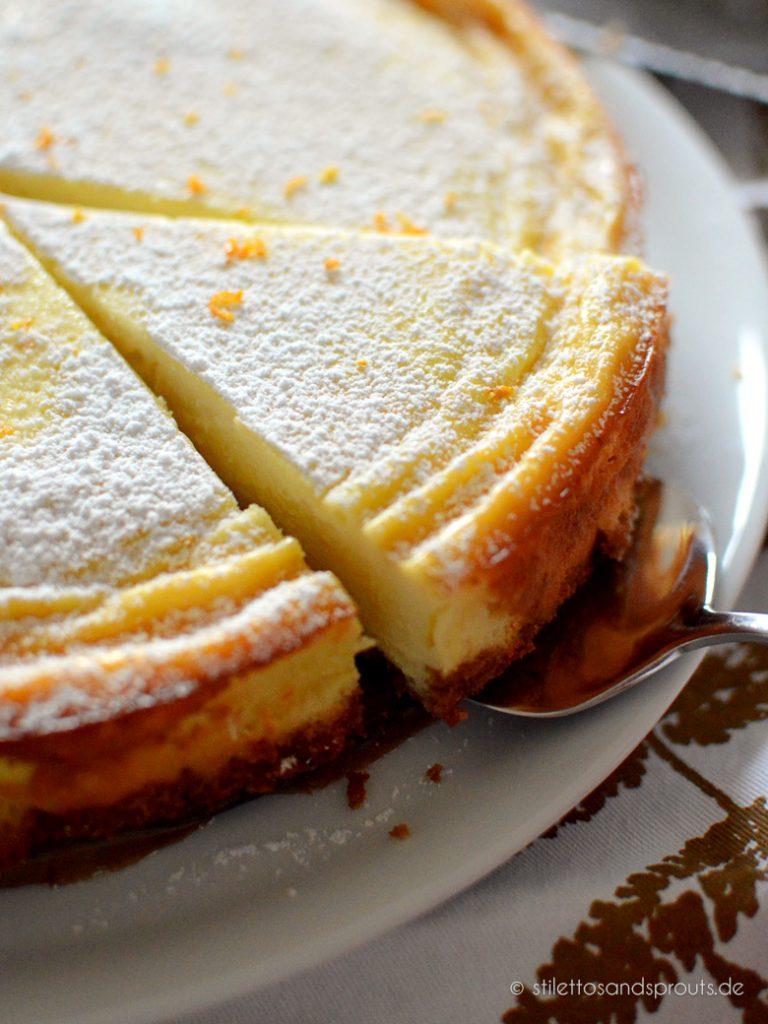 Orangenzeste kommt in den Kuchen und oben drauf