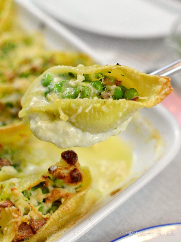 Gefüllte Muschelnudeln mit Schinken, Erbsen und Zucchini