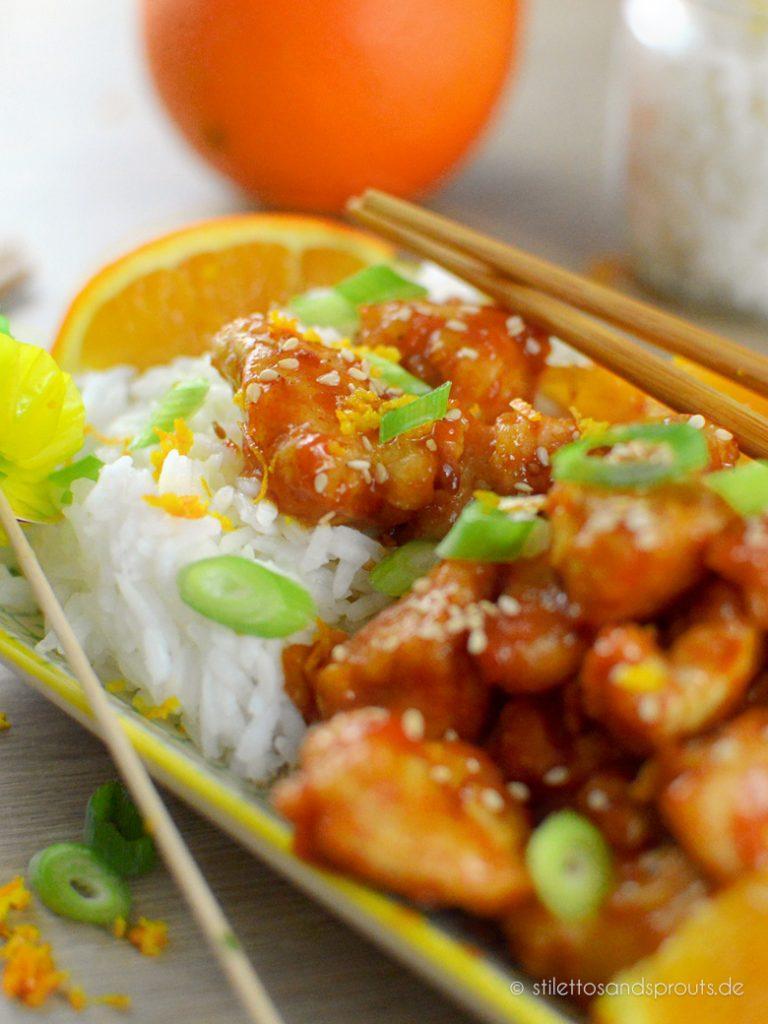 Orange Chicken mit Sesam und Frühlingszwiebeln bestreuen und direkt servieren