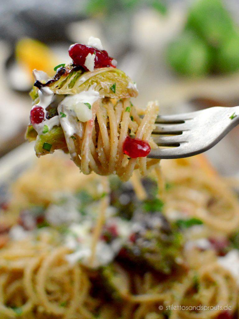 Vegetarische Spaghetti mit Rosenkohl und Preiselbeeren