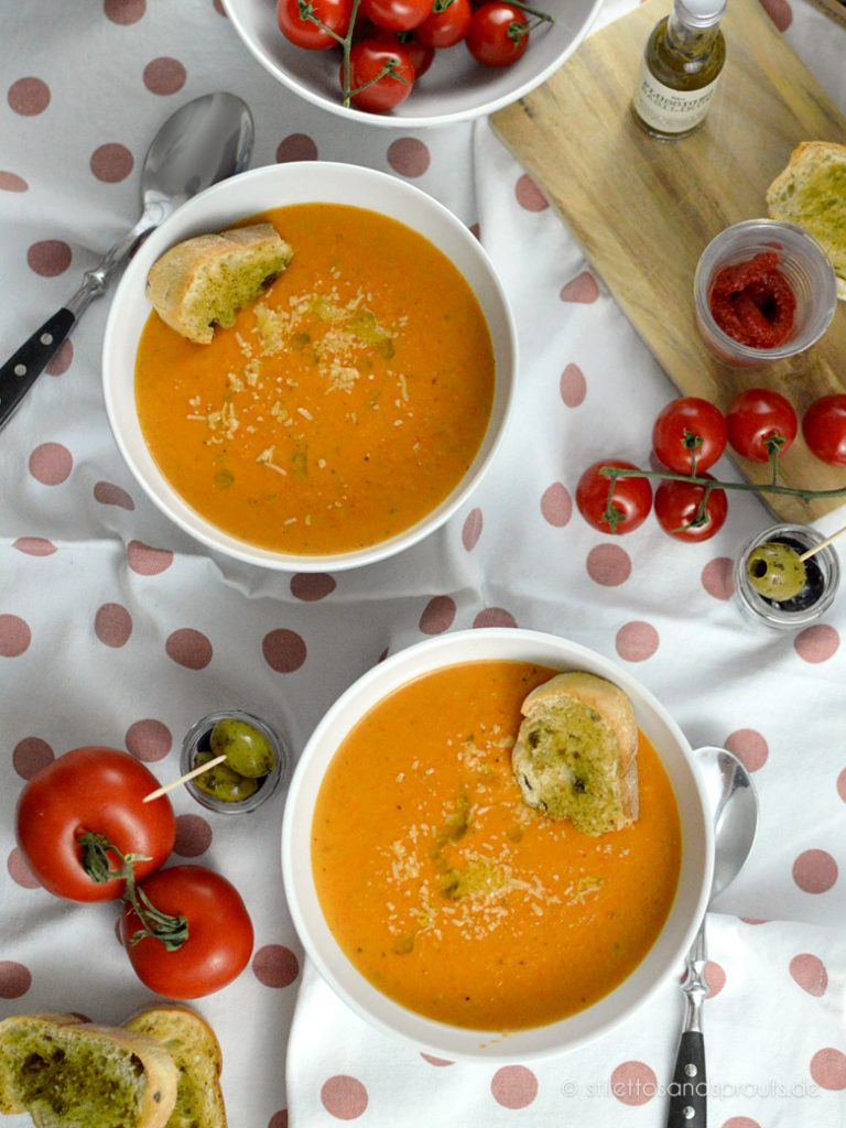 Tomatensuppe italienischer Art mit geröstetem Baguette