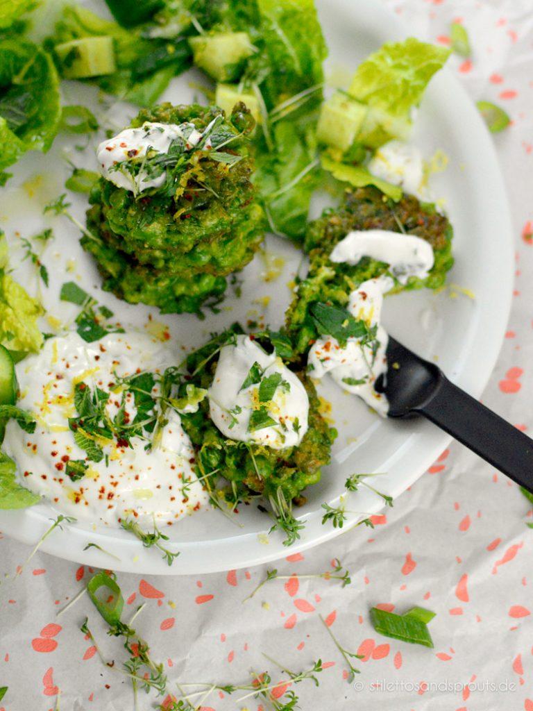 Zum Erbsen-Puffer gibts Salat und Joghurt
