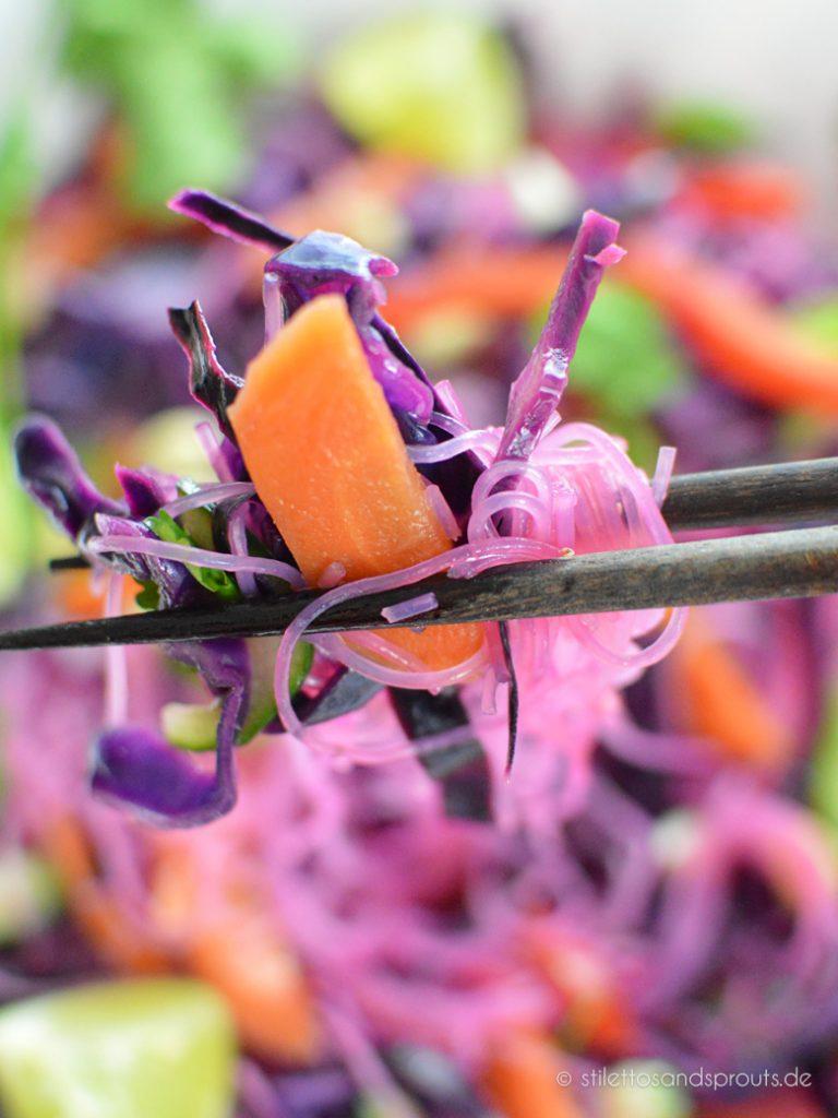 Asiatischer Glasnudelsalat mit Rotkohl und Möhren