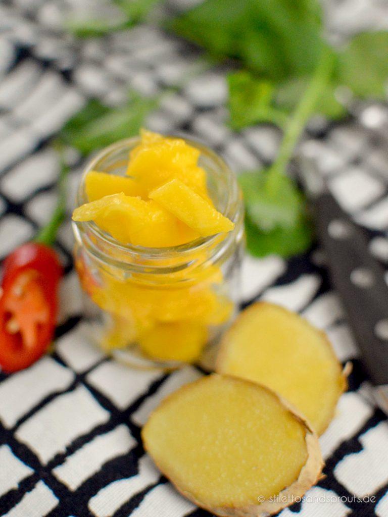 Mango kommt in die Currysauce