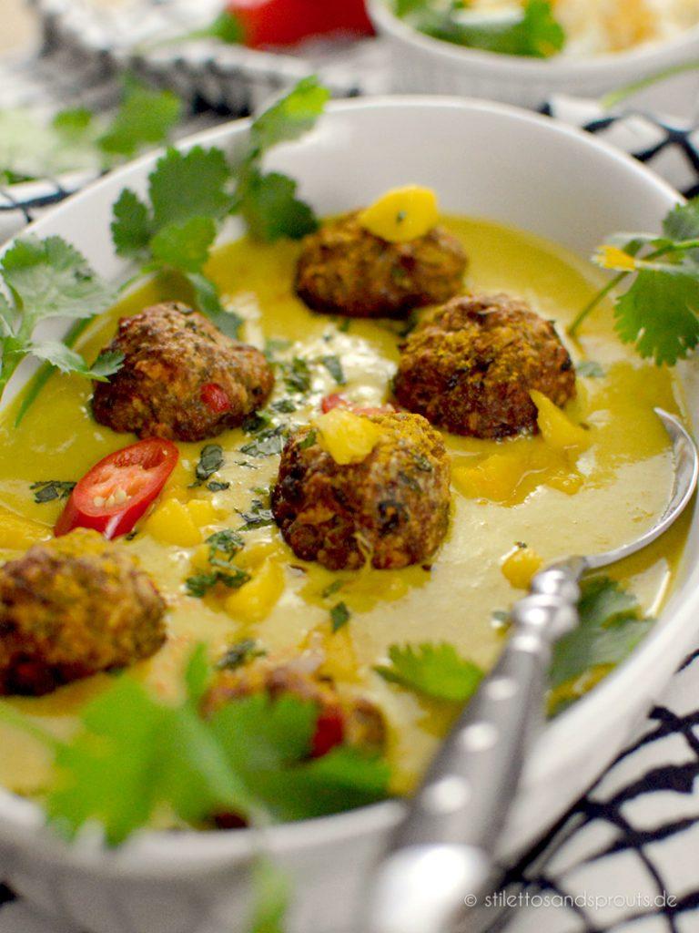 Kleine Bällchen aus Hackfleisch in fruchtiger Currysauce