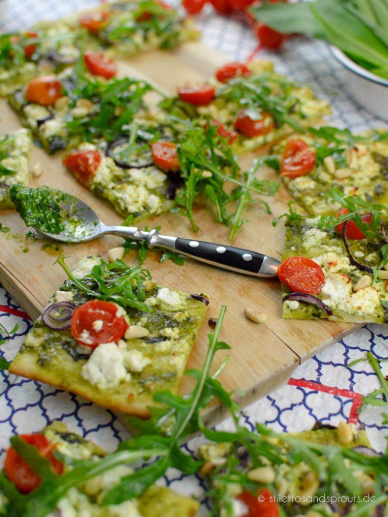 Schnelle Frühlingsküche aus dem Ofen mit Tomaten, Feta und Wildkräutern