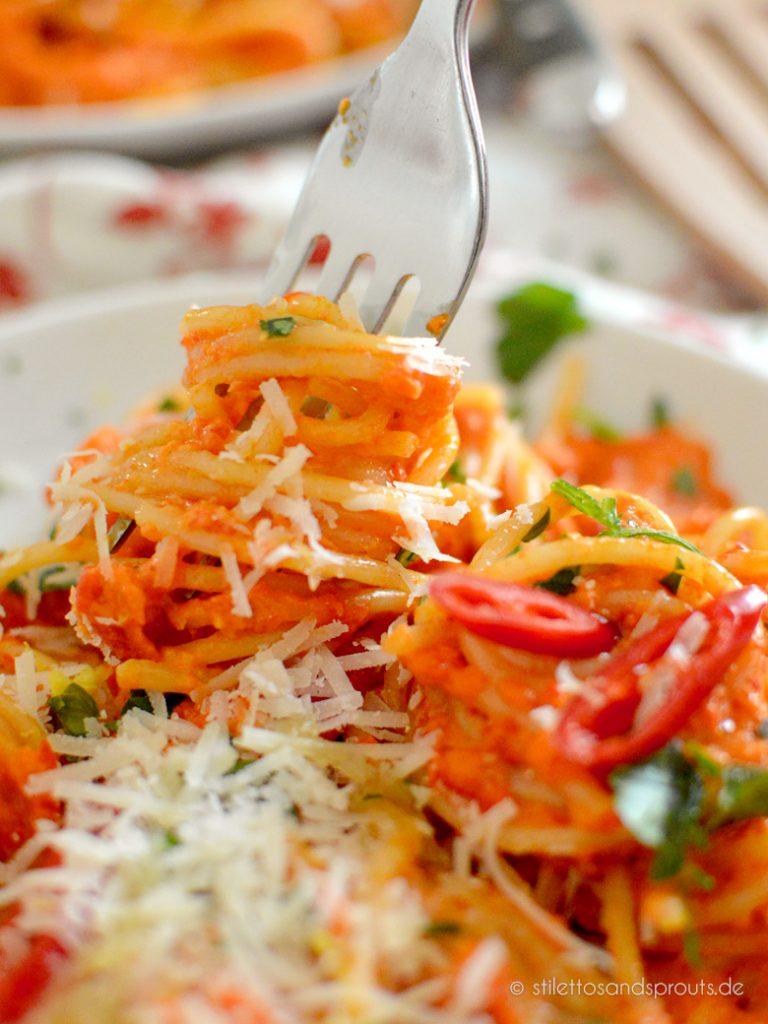 Spaghetti mit einer Sauce aus roten Paprika