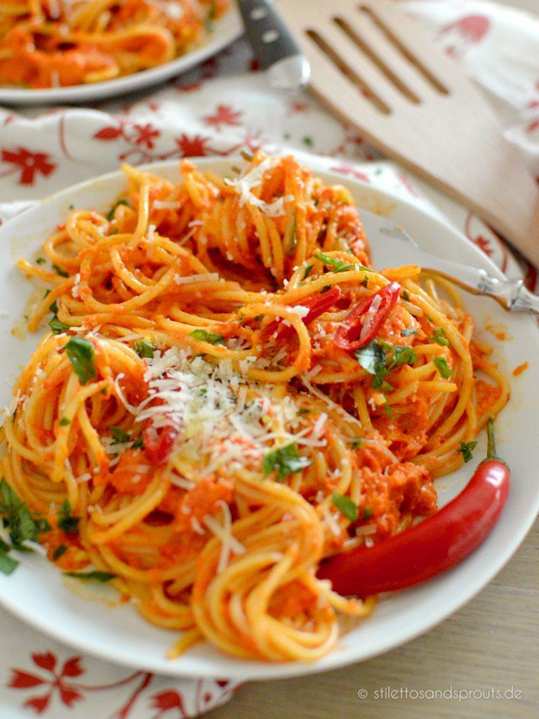 Geröstete Paprika mit roter Chili und lange Pasta