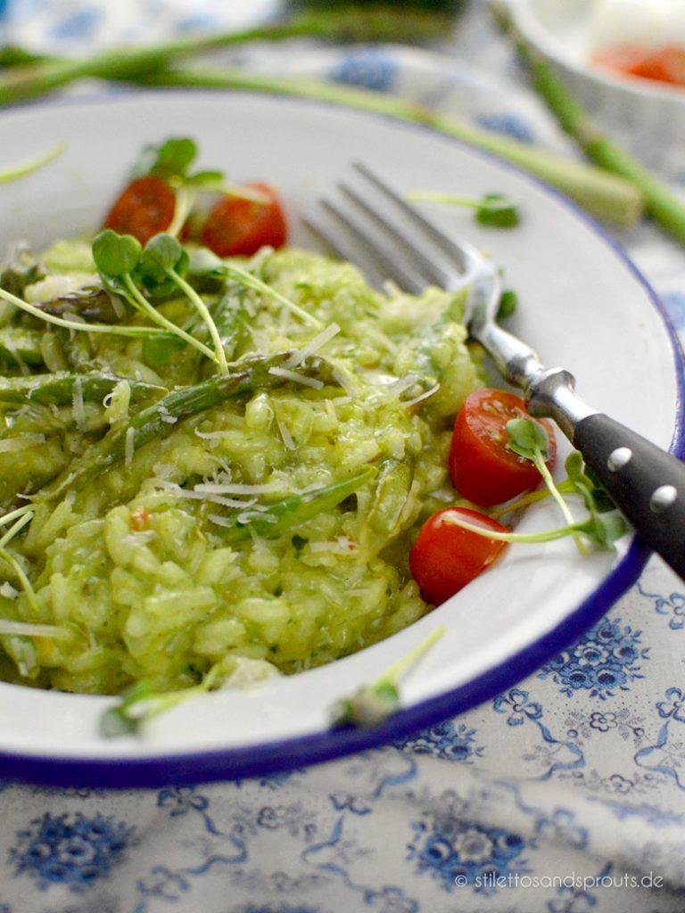 Vegetarisches Gericht mit grünem Spargel