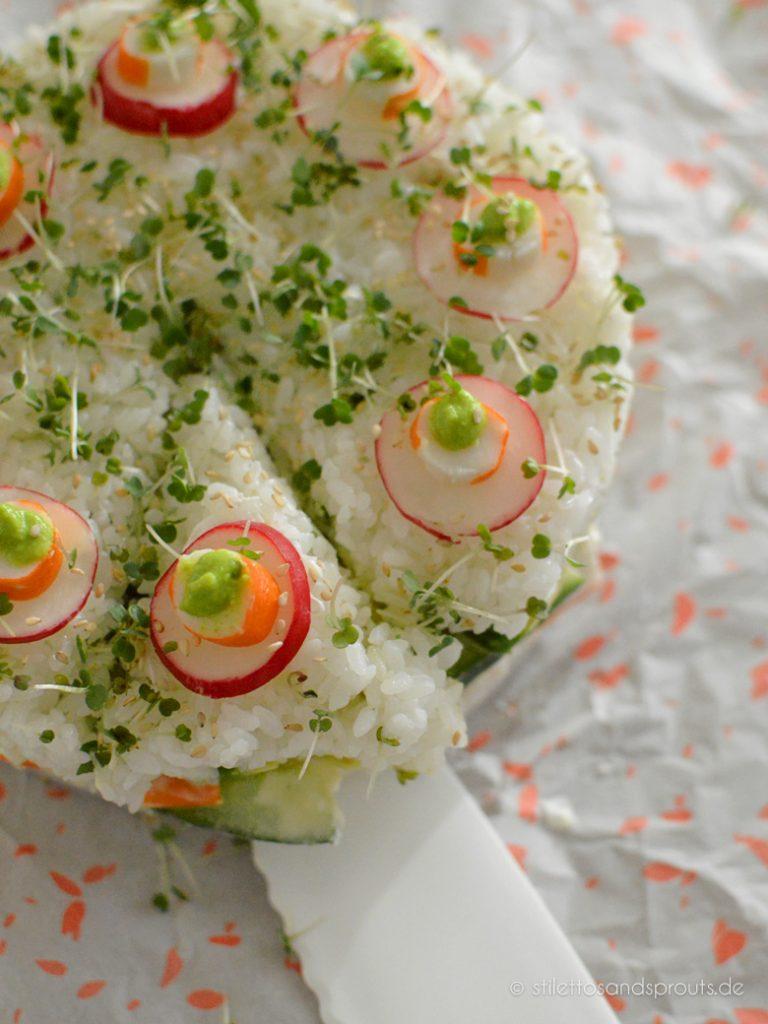 Torte mit Gemüse, Surimi und Reis
