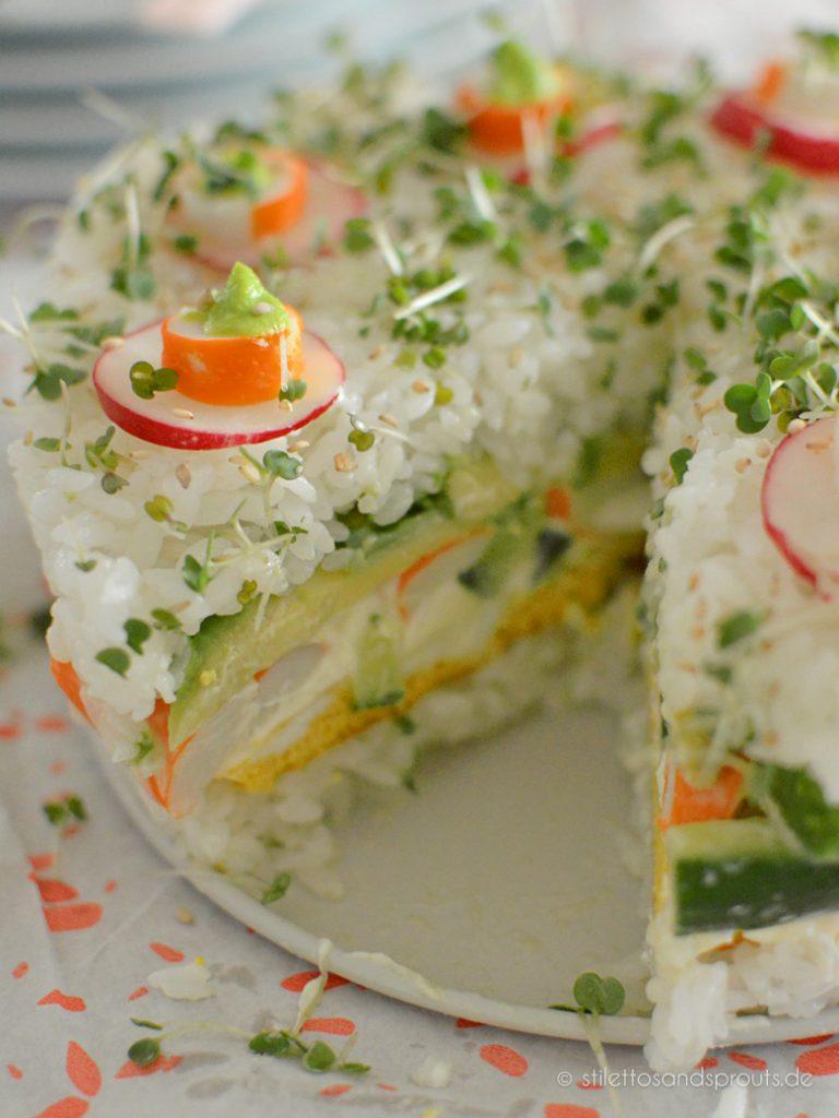 Sushi-Torte mit Reis, Gemüse, Surimi und Omelette