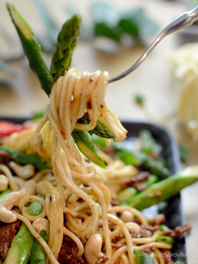 Chinesische Nudeln mit Hackfleisch und Gemüse