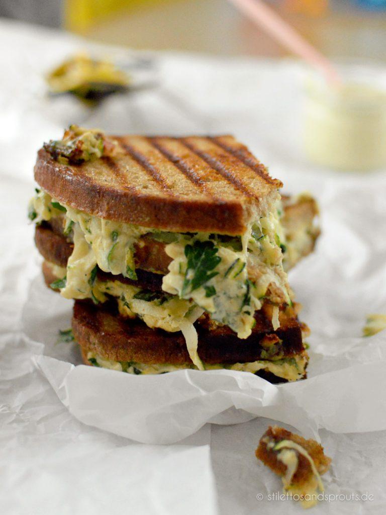Sandwich mit geschmolzenem Käse und Zucchini
