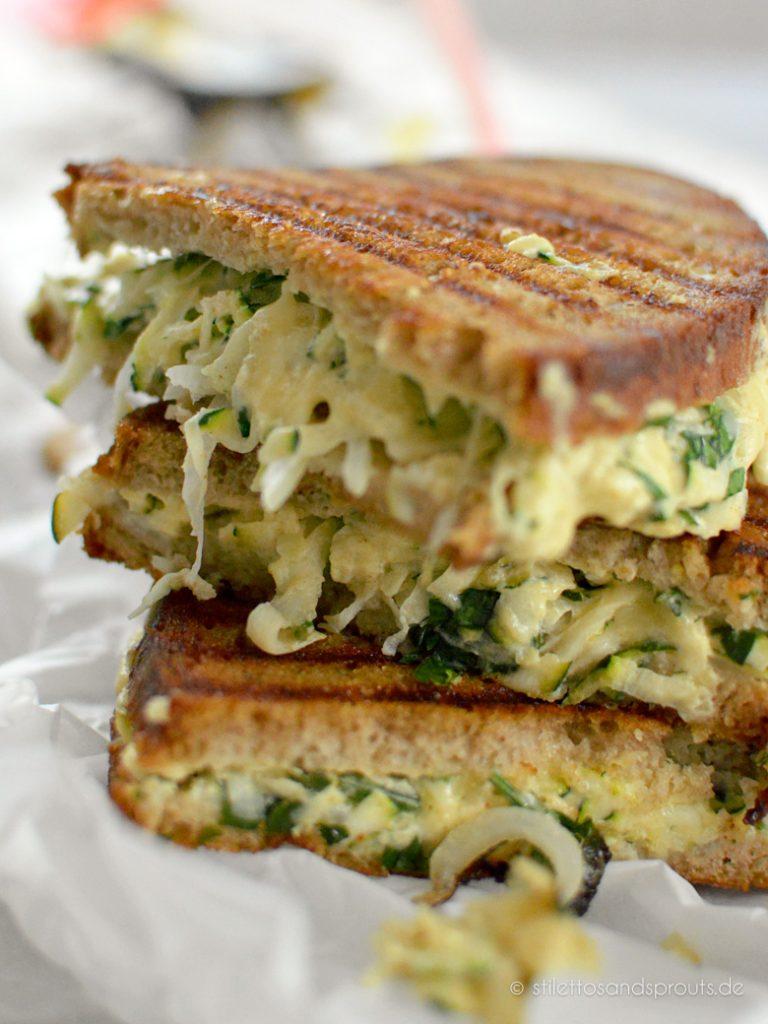 Vegetarisches Sandwich mit Zucchini und geschmolzenem Käse