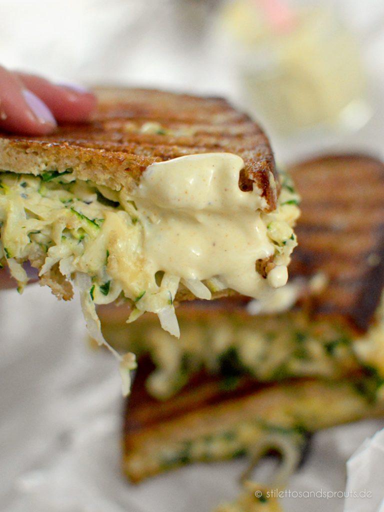 Gegrilltes Käse-Sandwich mit weißer BBQ Sauce