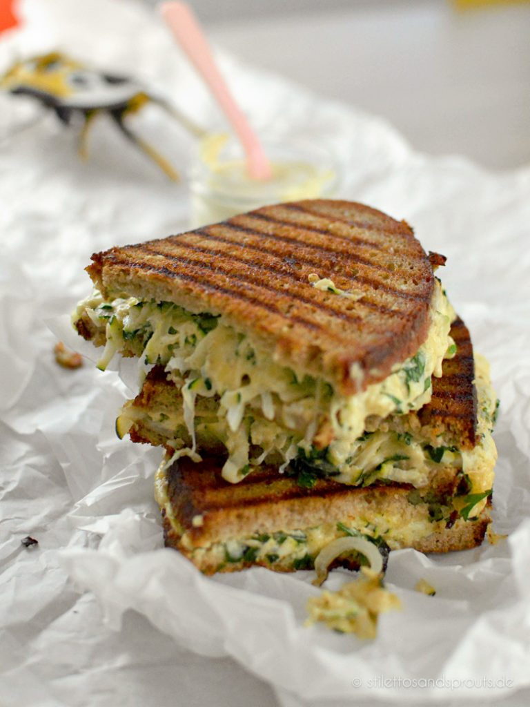 Vegetarisches Sandwich mit Zucchini und Gouda