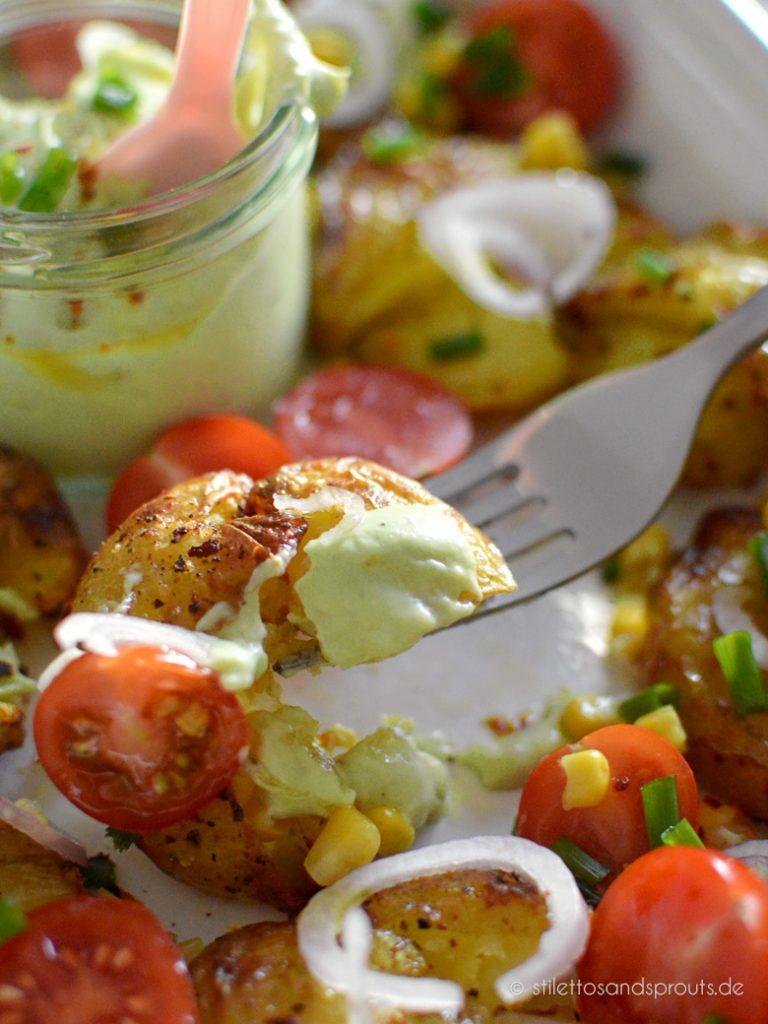 Stampfkartoffeln mit Dip und Tomaten
