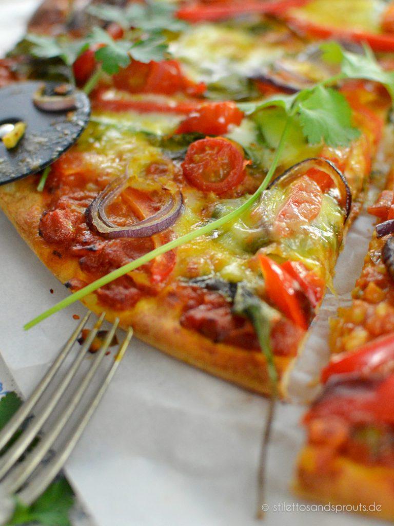 Pizza mit Gemüse und indischer Currysauce