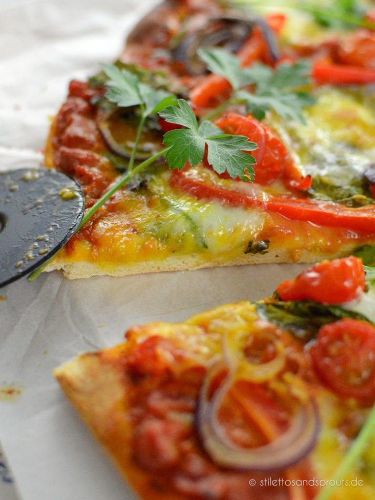 Gemüse und indisches Curry als Pizzabeleg