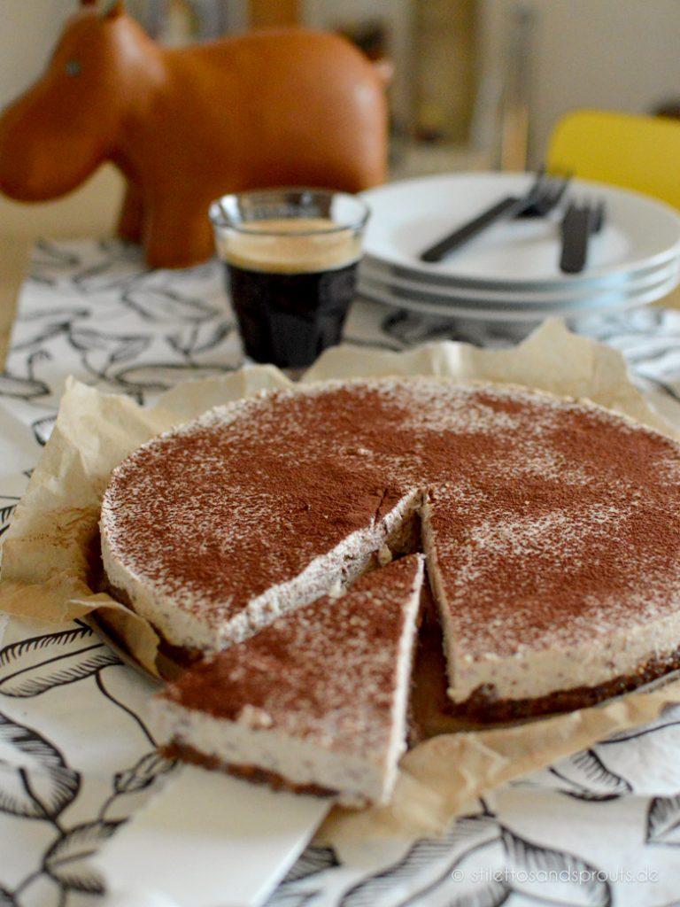 Cheesecake mit Kaffee und Schoko-Cookie-Boden aus dem Kühlschrank