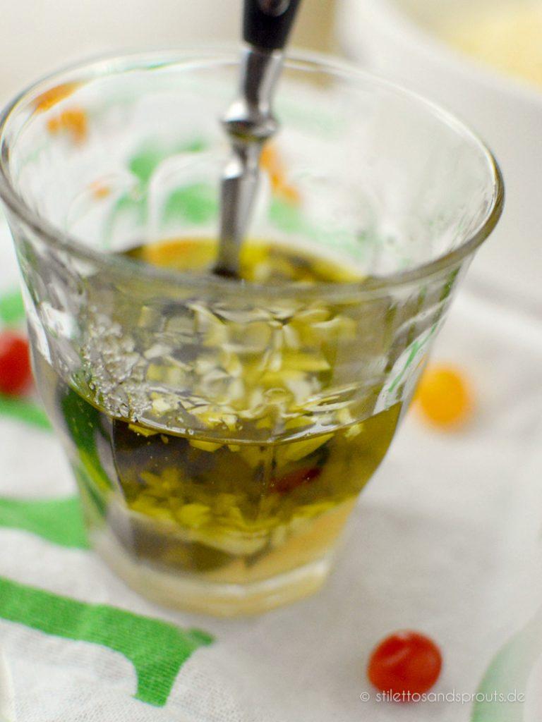 Salatdressing mit Olivenöl und Knoblauch