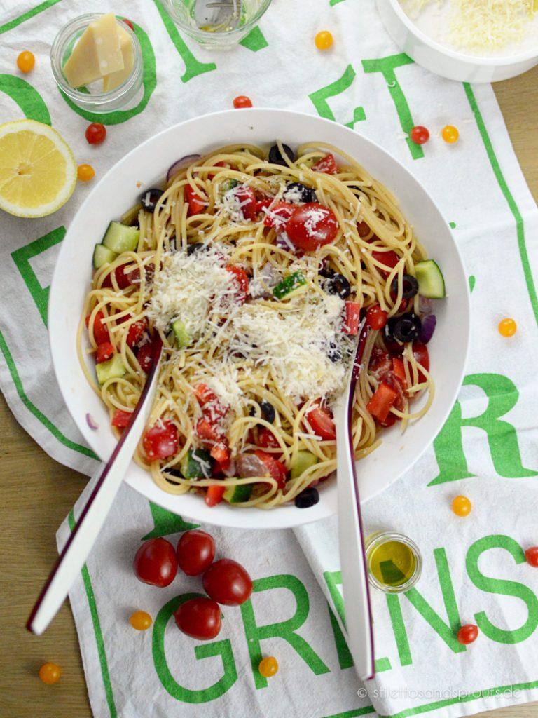 Toll im Sommer: italienischer Salat mit Spaghetti