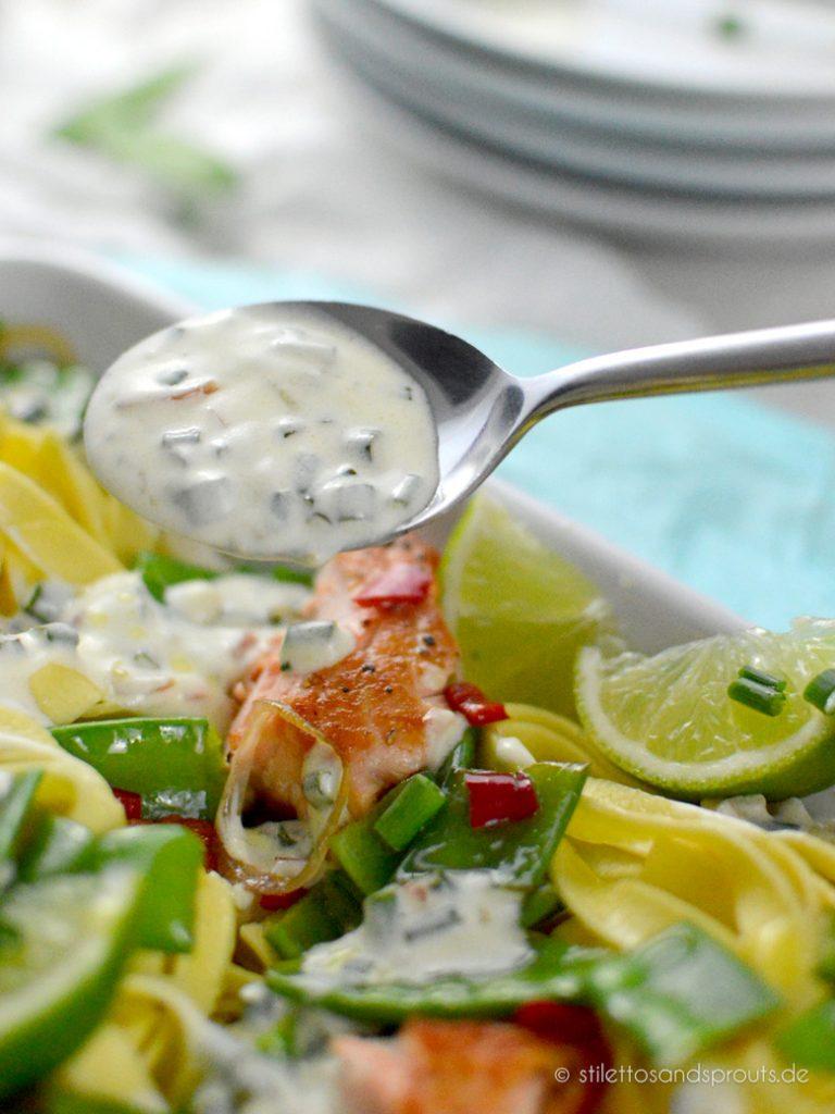 Lachsfilet gebraten an Pasta mit Gemüse und Limetten-Schmandsauce