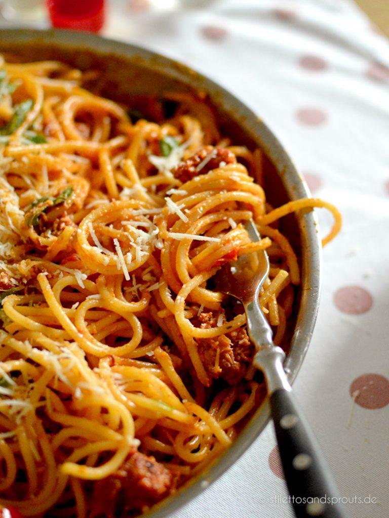 Spaghetti mit italienischer Wurst in Tomatensauce