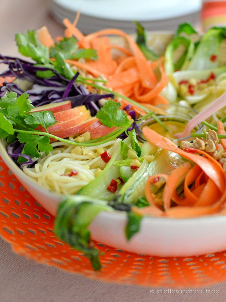 Gemüse und Nudeln thailändisch